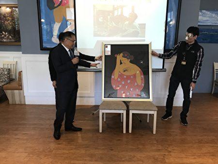 现场也请到台中市政府市政顾问林振廷先生,为画作的拍卖官,义卖金额全数捐给台湾世界展望会。(詹佳宜/大纪元)
