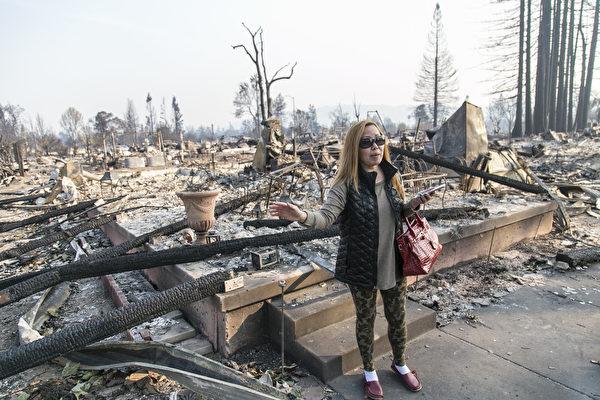 华人Karen Tang在化为灰烬的自己房前,感慨万分。(曹景哲/大纪元)