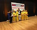 主办方向参加舞蹈日的法轮功学员颁发奖励证书。(唐超/大纪元)