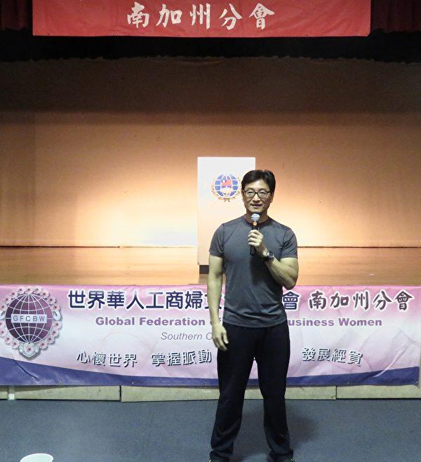 """台湾特勤部队教官李三仁讲解""""女子如何防身,保护自身安全""""。(袁玫/大纪元)"""