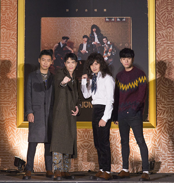 蕭敬騰(左2)出席獅子合唱團「REPLAY」發片記者會。(華納音樂提供)
