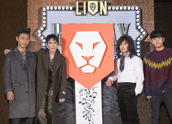 """萧敬腾(左2)出席狮子合唱团""""REPLAY""""发片记者会。(华纳音乐提供)"""