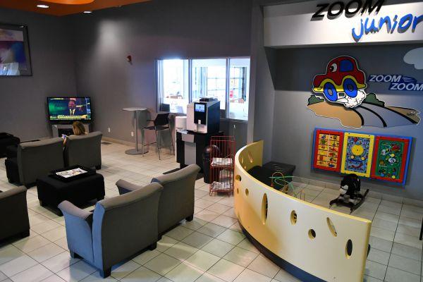 卡城最大馬自達車行Kramer Mazda休息室。