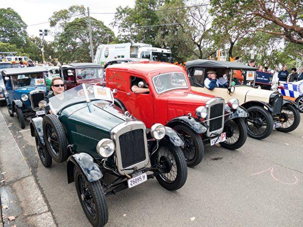 数辆过百年历史的小轿车也是游行队伍的一部分。(Alfred/大纪元)