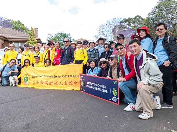 参加游行的高龄华人团体。(Alfred/大纪元)