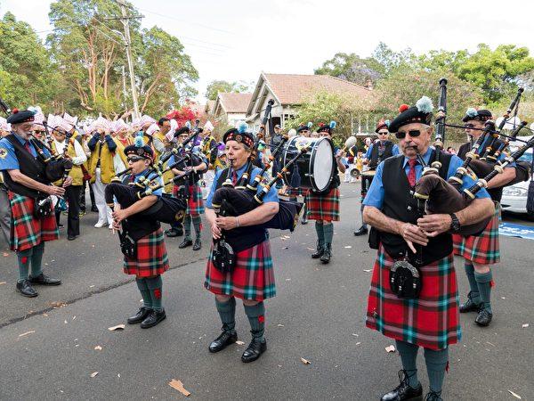参加游行的不同社区团体表演乐器。(Alfred/大纪元)
