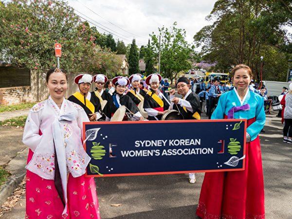参加游行的韩裔社区团体,服装独特、艳丽。(Alfred/大纪元)