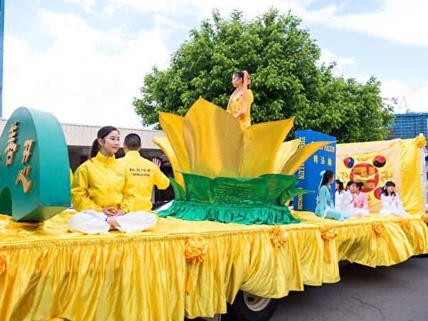 按照传统参加游行的法轮大法花车。(Alfred/大纪元)
