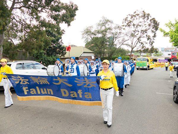 年年参加游行的法轮大法团体备受赞誉。(Alfred/大纪元)