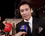 韓國巨星李秉憲在第二屆倫敦東亞電影節(LEAFF)開幕式紅毯上接受大紀元、新唐人記者聯合採訪。(舒雅/大紀元)