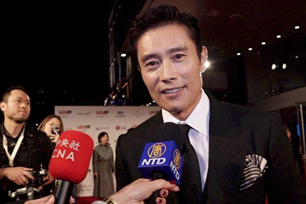 韩国巨星李秉宪在第二届伦敦东亚电影节(LEAFF)开幕式红毯上接受大纪元、新唐人记者联合采访。(舒雅/大纪元)