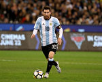 """凭借梅西的""""帽子戏法"""",阿根廷3:1战胜厄瓜多尔,以小组第三直接晋级世界杯。 (Robert Cianflone/Getty Images)"""