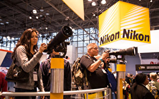 2017年10月25-28日,紐約國際攝影器材博覽會在紐約曼哈頓賈維茨中心舉行。來自世界各地的攝影器材廠商展示新品舉辦講座。(戴兵/大紀元)