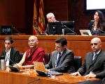 图为听证会现场。前排从左至右分别是听证会发言人Fernando Romeo、Thubten Wangchen、Carlos Iglesias。(本地学员提供)