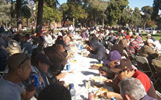 10月13日,州长布朗宣布加州进入甲肝紧急状态。图为帕萨迪纳中央公园为游民举办的圣诞慈善餐活动。(大纪元资料照)