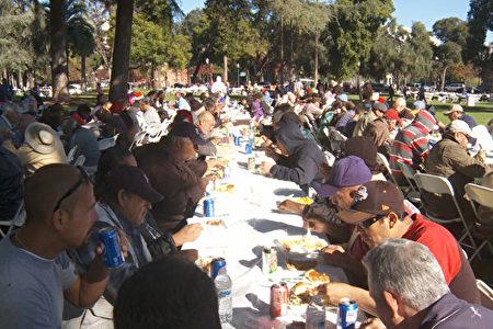 10月13日,州長布朗宣布加州進入甲肝緊急狀態。圖為帕薩迪納中央公園為遊民舉辦的聖誕慈善餐活動。(大紀元資料照)