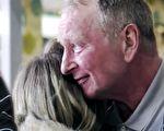 英国伦敦东区居民发起活动,为一名流浪汉募捐,以让他圣诞节时能住进一个温暖的地方,没想因此让老人与失散20年的女儿团圆。(视频截图、GoFundMe/大纪元合成)