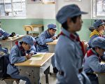 中共在大陸28個省建了231所所謂的「紅軍小學」,作為幫助最貧困地區兒童的慈善項目。圖為貴州遵義的一個紅軍小學。(FRED DUFOUR/AFP/Getty Images)。