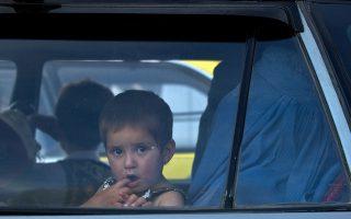 日前有兩個小男孩被鎖在一輛車裡,路過民眾馬上叫來了警察。 (Manan Vatsyayana/AFP/Getty Images)