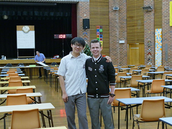 第一场英语考试结束的郭孝强(左)和一起参加考试的同学。(刘颂恩/大纪元)