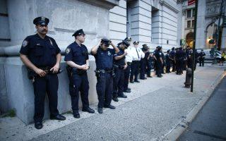 而在拉斯維加斯槍擊案發生後不久的當下,紐約警察局不敢掉以輕心,他們將派出諸多警察和狙擊手保衛現場觀眾。 (KENA BETANCUR/AFP/Getty Images)