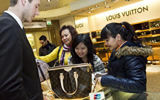 圖為顧客在倫敦用銀聯卡付款購物。銀聯卡是中國唯一的借記卡供應商,代表14家中國主要銀行。(James McCauley/Harrods via Getty Images)