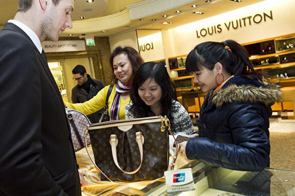 图为顾客在伦敦用银联卡付款购物。银联卡是中国唯一的借记卡供应商,代表14家中国主要银行。(James McCauley/Harrods via Getty Images)
