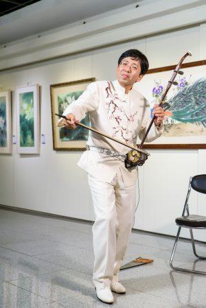 中国音乐家杜恩武演奏二胡。(赖月贵/大纪元)