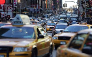 """22日,市长白思豪宣布五项""""畅通""""计划来确保开通曼哈顿中城至全市各社区的交通要道。 (Michael Nagle/Getty Images)"""