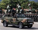 中共十九大前,五大战区的司令员全部调整到位。图为习近平今年在香港阅兵。 (DALE DE LA REY/AFP/Getty Images)