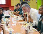 根据今年9月实施的免费午餐计划,无论学生的家庭收入,公立学校所有学生都可享用。 (Susan Watts-Pool/Getty Images)