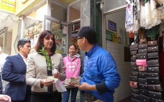 玛丽奥认真听取华埠小商家意见,并掏钱买了两支她喜爱的富贵竹。  (蔡溶/大纪元)