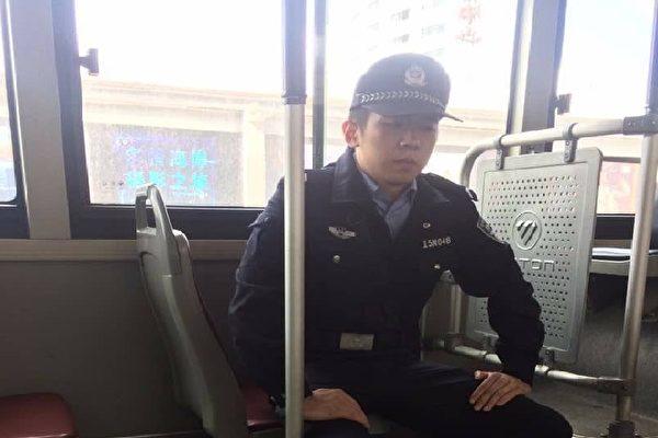 """2017年10月11日,为""""十九大""""""""维稳"""",在北京公交车上看守访民的警察。(访民提供)"""