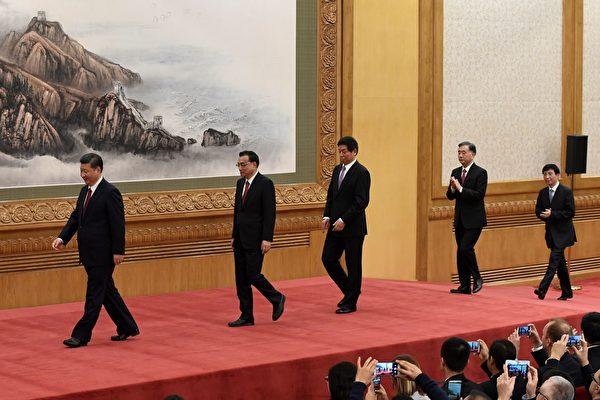 10月25日,習近平等中共十九屆新常委集體露面,60後的胡春華未入常。(WANG ZHAO/AFP/Getty Images)