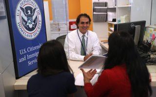 移民局每年处理数百万的「绿卡」和美国公民申请。 ( John Moore/Getty Images)