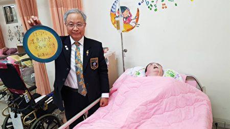 谢汉池总监探望养护患者暨作急救教学示范。(国际扶轮3490提供)