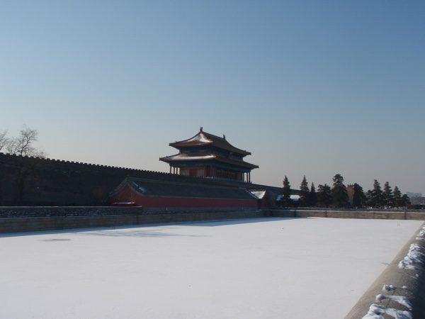 结冰的故宫护城河。(公有领域)