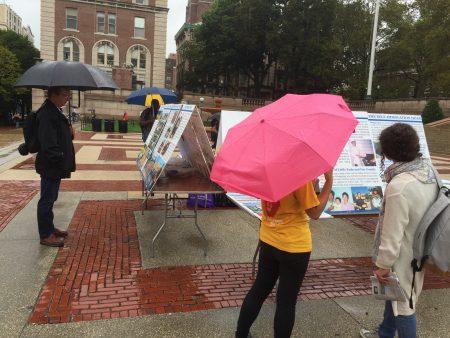 10月9日纽约哥伦比亚大学法轮功学员在Low Library楼前冒雨举办讲真相活动。