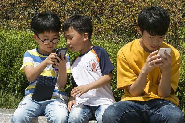 圖為韓國青少年在看手機。(全景林/大紀元)