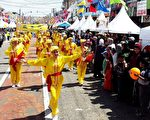由悉尼部分法轮功学员组成的腰鼓队在游行中显得格外耀眼亮丽。(明慧网)
