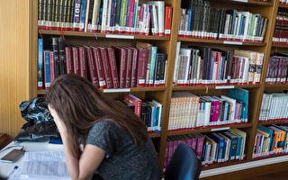 """随着大学申请的""""提前决定""""和""""提前行动""""截止日逼近,很多学生近日感到压力山大。 (Yasin Akgul/AFP/Getty Images)"""