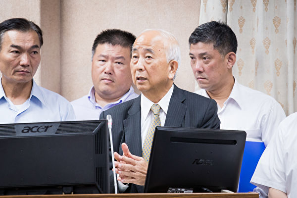 第一银行董事长蔡庆年(前)。(陈柏州/大纪元)