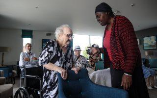 老年人是詐騙犯的主要攻擊目標之一,如果不小心,老年人有可能在一夜之間失去畢生的積蓄和投資。 (Jack Taylor/Getty Images)