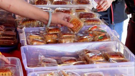 華人紛紛購買自家喜歡的月餅。