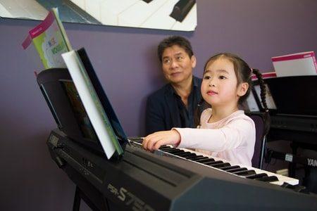 贴心的雅马哈音乐教育学校还提供无风险注册,您可以带孩子试听三节课。(Yamaha Music Education提供)