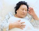 老母親晚上要起來夜尿七八次,這種泌尿疾病怎麼瓣?(Shutterstock)