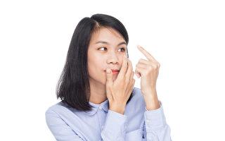 隱形眼鏡若天天使用超過8小時,恐導致眼角膜缺氧。(Shutterstock)
