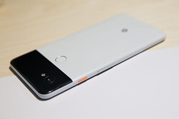 6英寸的Pixel 2 XL,除了相机顶级之外,配色也独具一格。(ELIJAH NOUVELAGE/AFP/Getty Images)