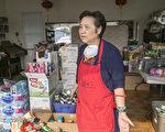 圣塔罗莎市红木区华人协会会长王潘瑞贻,非常感谢华人侨胞踊跃捐助。(曹景哲/大纪元)