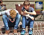 """老爸收到儿子简讯发1个字母""""X"""",立即给儿子挂电话。(网络图片,bertfulks.com/大纪元制图)"""